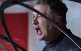 Alec Baldwin et Danny Glover craquent leur slip dans la bande-annonce WTF d'Andron