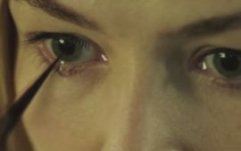 Massive Attack et Rosamund Pike rendent hommage à Possession et Phantasm avec un magnifique clip horrifique