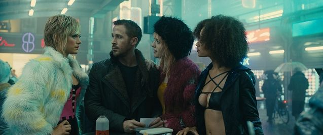 Photo Ryan Gosling, Carla Juri, Mackenzie Davis