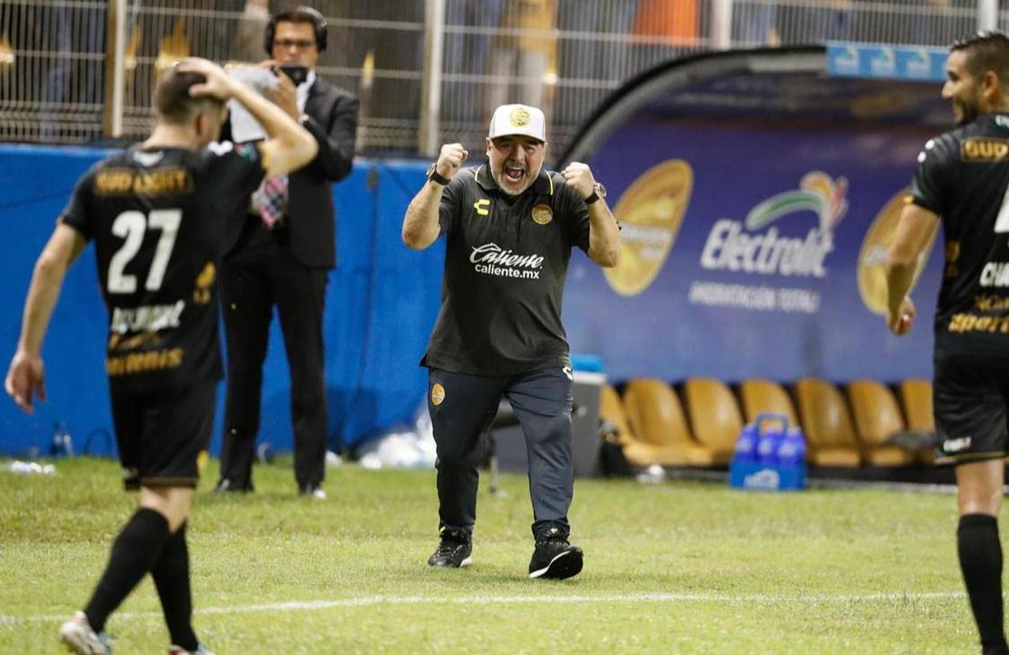 Les hommages se multiplient dans les médias — Disparition de Maradona